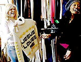Dyr Jesus:  -  Ha-ha, den kunne jeg aldri gått med, utbryter Saunet. Jesus-genseren butikkinnehaver Eva Britt Ytterland viser fram, kostet 7 000 kroner ny.