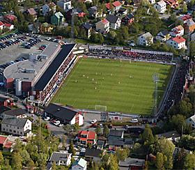 TROMSØ: Slik så Alfheim ut i sommersol, før den ene langsidetribunen ble bygget ut. Klubben skal bygge ut bak begge målene.