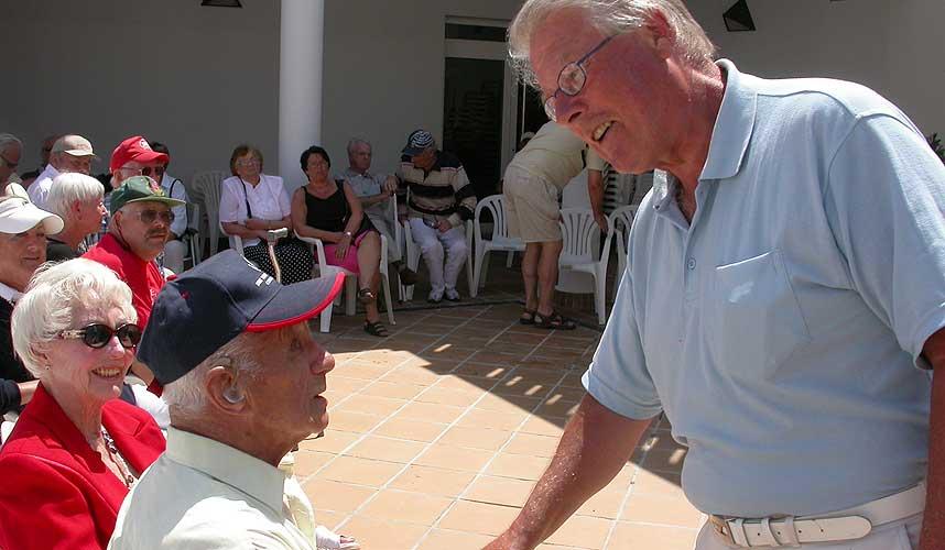 SOLKONGEN:  Mer enn 330 Frp-tilhengere fant veien til Plaza del Sol i Alfaz del Pi for � h�re p� partiformannen. Her hilser Carl I. Hagen p� Konrad Midtthun (95) som er Frp Alfaz del Pis eldste medlem. Han har v�rt med i partiet siden 1973.