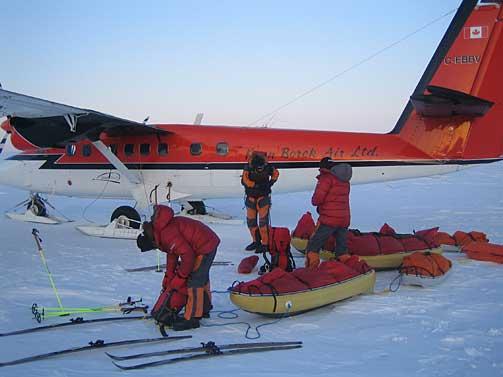 REKORD: Her legger ekspedisjonen ut fra Ward Hunt p� Ellesmere Island i Canada. Polpunktet ble n�dd p� 48 dager og 22 timer. Ekspedisjonen knuste dermed den tidlige rekorden p� ruta, som var 60 dager.