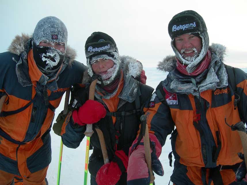 EVENTYR: Celilie Skog og turvennene Per Henry Borch og Rolf Bae poserer n�r Nordpolen. I dag morges var kameraet til Skog sporl�st borte, og det ble derfor vanskelig � f� et ferskt bilde fra selve polpunktet.