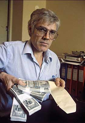 NEKTER FOR Å HA MOTTATT PENGER SOM SPION: Treholt selv sa dollarsedlene kom fra Irak, fra hans private reisekasse og fra Titov, men at han bare betalte kost- og losji.