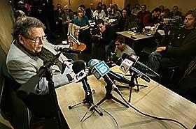 KREVER GJENOPPTAKELSE: Advokat Arne Haugestad under lanseringen av sin bok �Kappefall� i 2004. I boka ble store deler av den hemmelige dommen mot Treholt offentliggjort.