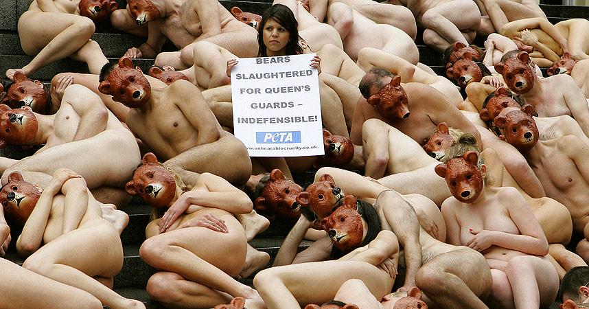 NAKNE MOT BJØRNESKINNSHATTER: 70 demonstranter samlet seg i London i dag.