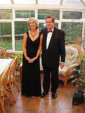 SKADD KAPTEIN: Flykaptein Dave Hopkinson ble syk etter en giftgasshendelse i Boeing 757 i 1998. Her er han fotografert med sin kone i forbindelse med deres 25 års bryllupsdag.