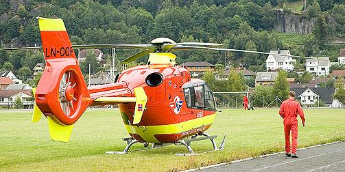 ALARMERT:  Både ambulanseheilikopter (her på idrettsplassen i Moi og et Sea  King-helikopter ble rekvirert for å hente en skadd pasient. Den skutte personen var død.