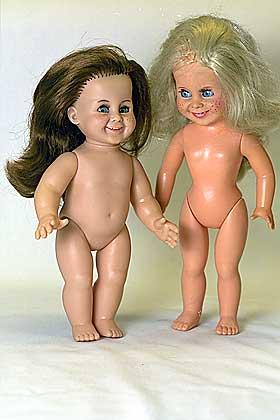 OPPLÆRING TIL OMSORG? En (omstridt) teori går ut på at jenter trekkes mot å leke med dukker fordi de skal læres opp til omsorgsoppgaver senere i livet.