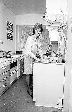 IKKE GENETISK LENKET: Det er neppe slik at kvinner er evolvert til kjøkkentjeneste.