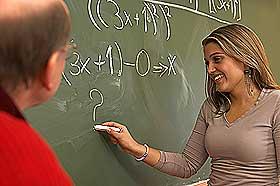 KVINNER OG MATTE: Årsaken til at det er færre kvinnelige matematikere kan være forskjeller i variasjonen rundt gjennomsnittet. Flere menn er i utkanten av kurven, altså det finnes flere svært smarte menn og flere dårlige. Kvinnene har en høyere fordeling på midten.