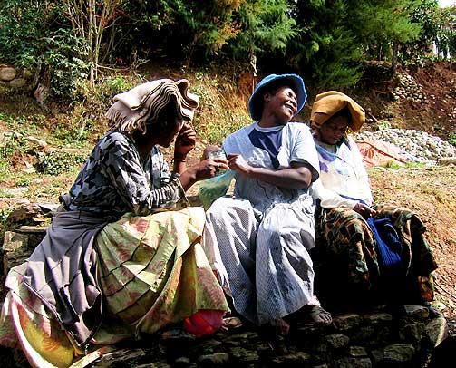 MED UKJENT OPPHAV: Afrobolivianerne i Tocana er ikke sikre p� hvor forfedrene deres kom fra. Disse kvinnene feirer jomfru Maria, og blander sin katolske tro med indianernes gamle tro.
