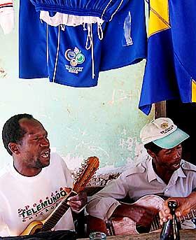 HOLDER P� MUSIKKARVEN: Saya er den s�regne, afrobolivianske musikkformen.