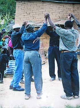 SPESIELLE RITUALER: Det meste av den afrikanske kulturarven har forsvunnet i l�pet av hundre�rene minoriteten har bodd i Boliva. Spesielle begravelsesseremonier har overlevd.