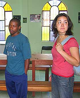 STOLTE AV KUTLUREN: Toca�a har et lite kultursenter hvor de tidligere viste fram de afrobolivianske skikkene. Sosialantropolog Maja Jensen og bonde og unionsleder Jonny Perez ser p� sakene.