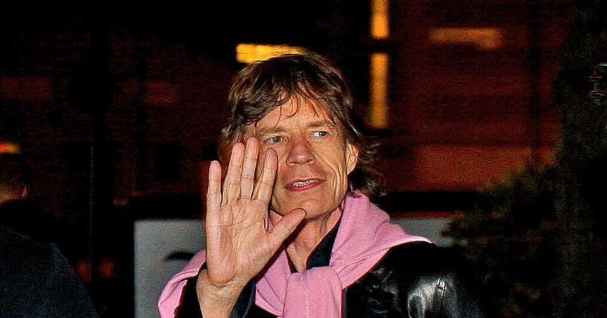 VEL ANKOMMET: Mick Jagger vinket til fansen da han ankom Bergen i g�r kveld.