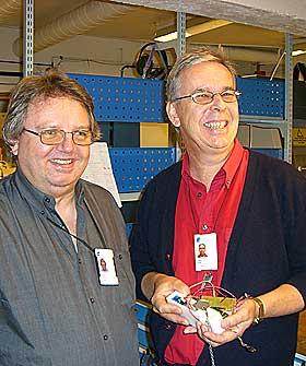 LAGER DETEKTOR:Stami-ingeniørene Ole Synnes (t.v) og Terje Nilsen står bak den fysiske tilvirkingen av giftgassdetektoren.