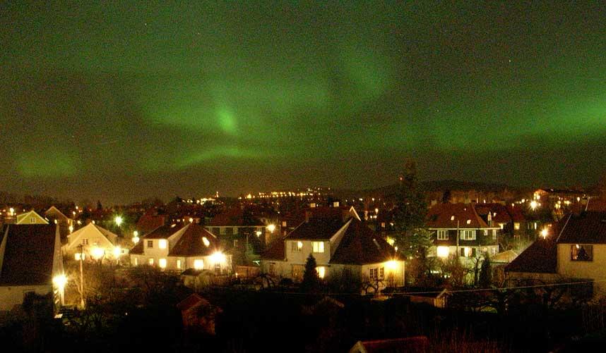 KRAFTIG: Nordlyset som lyste opp nattehimmelen i Oslo, var sjeldent kraftig for å være så langt sør.