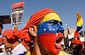 SAMMENST�T: Chavez' tilhengere (chavistas) og opposisjonen st�ter ofte sammen i Venezuela. Bildet viser presidentens st�ttespillere