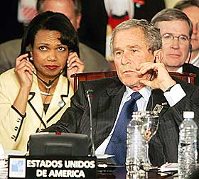 HVA VAR DET HAN SA? George W. Bush og Condoleezza Rice h�rer p� Chavez tale i under Summit of the Americas i Mar del Plata i Argentina i 2005. Amerikanske myndigheter er sv�rt kritiske til Hugo Chavez.