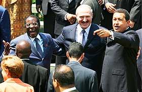 LITT AV ET M�TE: I september i fjor m�tte Hugo Chavez Hviterusslands diktator Aleksander Lukasjenko og Zimbabwes Robert Mugabe i m�te i organisasjonen for alliansefrie land i Havana.