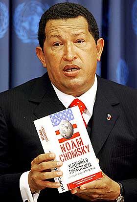 POPULIST: Hugo Chavez med Noam Chomskys bok Hegemony or Survival under en pressekonferanse i FN. Den sterke retorikken mot president Bush har gitt Chavez mange tilhengere.