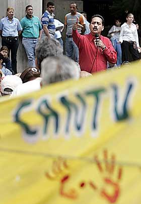 SKAL OVER TIL STATEN: Chavez har varslet nasjonalisering av teleselskapet CANTV. Her protesterer ansatte mot avgj�relsen 9. januar i �r.