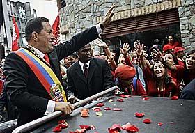 GJENINNSATT: Hugo Chavez p� vei til Kongressen i �pen bil i Caracas 10. januar. Han ble gjeninnsatt som president og perioden g�r fram til 2013.