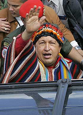 I URBEFOLKNINGSKOSTYME: Her er Chavez p� reise i Ecuador til st�tte for landets nyvalgte president Rafael Correa.