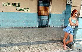 HAR BRED ST�TTE: Chavez fikk over 60 prosent av stemmene i valget i desember. Her har noen tagget st�tte til Chavez p� en vegg i Havana, Cuba.