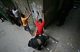 SL�R HARDT NED P� KRIMINALITET: Chavez sliter med h�y kriminalitet, og har sagt han skal reformere politiet. Her fra en rutinekontroll i Caracas i januar.