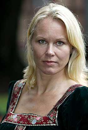 TILH�RER ALLE: - Litteraturen skal v�re allmenn og allmenngyldig, mener Berit Bertling. Hun skriver om  riddere, prinsesser, fransk og engelsk adel i bokserien �Olwyns Saga�.