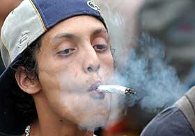 MAGADRAG: En ikke navngitt mann i Mexico feirer Vicente Fox' nye lov som tillater meksikanerne til å lovlig besitte små mengder med marihuana, kokain, heroin og andre stoffer til eget bruk.
