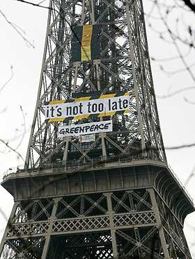 GREENPEACE OPPFORDRER: It's not too late, er budskapet Greenpeace har hengt opp på Eiffeltårnet i Paris i anledning klimapanelets møte.