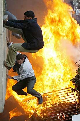 KLATRET INN: Demonstrantene klatret opp bygningen og kom seg inn på den danske ambassaden.
