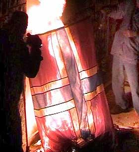 4. FEBRUAR 2006: Syriske demonstranter brenner det norske flagget utenfor ambassaden.