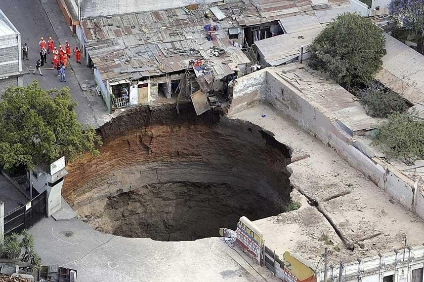 MENNESKER OG HUS FORSVANT: Midt i et overbefolket, fattig nabolag i Guatemala City forsvant plutselig bakken.