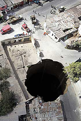 HUNDRE METER DYPT: En enorm mengde masse forsvant ned i det hundre meter dype hullet.