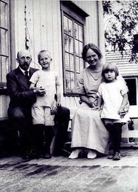 FAR OG TANTE: Pappa Mentz som liten - sammen med Anne-Cath. og foreldrene.
