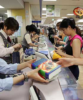 KOMMERSIELL SUKSESS: Fire av de ti mest solgte bøkene i Japan i 2006 ble opprinnelig utgitt som mobilbøker.