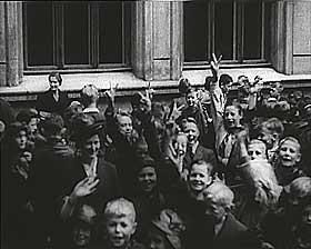 NAZISTM�TE: En av filmene viser en NS-samling p� en skole. Barna viser V-tegnet.