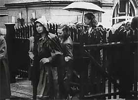UTDANNING ER VIKTIG: Filmavisen melder at det nye Europa skal stige frem n�r de bolsjevikiske tendenser er bekjempet, derfor er utdanning viktig, for F�rerens del ogs�.