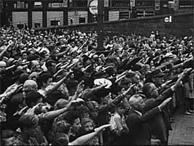 NASJONALSOSIALISTISK SAMLING: Youngstorget var breddfullt av NS-sympatis�rer, meldte Filmavisen. Statsr�d Lunde holdt tale: - Det m� da nu v�re klart for en hver hva det hele dreier seg om, alle tiders st�rste kamp mellom to livsyn, to ideer, den europeiske kulturs kamp mot den j�diske bolsjevisme og det r�de velde.