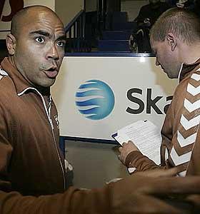 FORVIRRET: Kanskje ikke så rart. Johan Golden (t.v.) og Henrik Elvestad har nemlig ikke peiling på håndball.