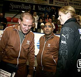 FIKK LITT HJELP: Golden og Elvestad hadde selskap av Larvik-veteran Tonje Larsen på benken.