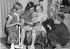 H�YTLESING, 1955: Ebba leste for barna hver dag. Riesenschnauzeren Kid f�lger ogs� med.