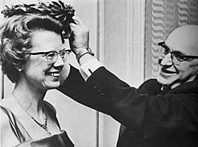 PRISET: Anledningen er Takk-for-boken-prisen for 1965. Lauritz Bendiksen fra Bokhandlerforeningen står for laurbærkransingen.