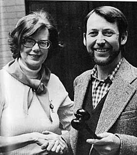 TAKKER FOR SEG: Ebba overlater formannsklubba i Forfatterforeningen til Bj�rn Nilsen i 1975.