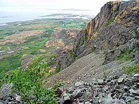 SVELT I H�L: P� denne fjellhyllen skal tre�rige Svanhild ha oppholdt seg i over seks timer. Under fjellhyllen skyter fjellet bratt ned.