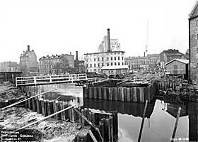 LANGS AKERSELVA I 1960: Sanering av Vaterland under anleggsarbeidet med Tunnelbanen. Elva sett sørover, leiegårder og fabrikker på Vaterland.