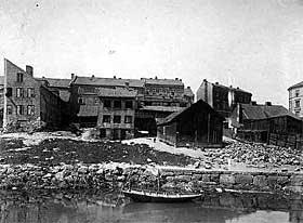 OSLO INDRE ØST 1900: Langs Akerselva ovenfor Hausmannsbrua lå det fortøyde robåter.