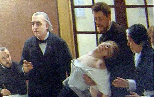 PROFESSOREN I AKSJON: Jean-Martin Charcot viser fram pasienten «Blanche» (Marie Wittman) ha et hysterisk anfall ved Salpêtrière i Paris.